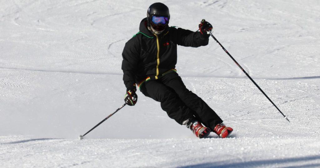 skier with correct skit pole sizing
