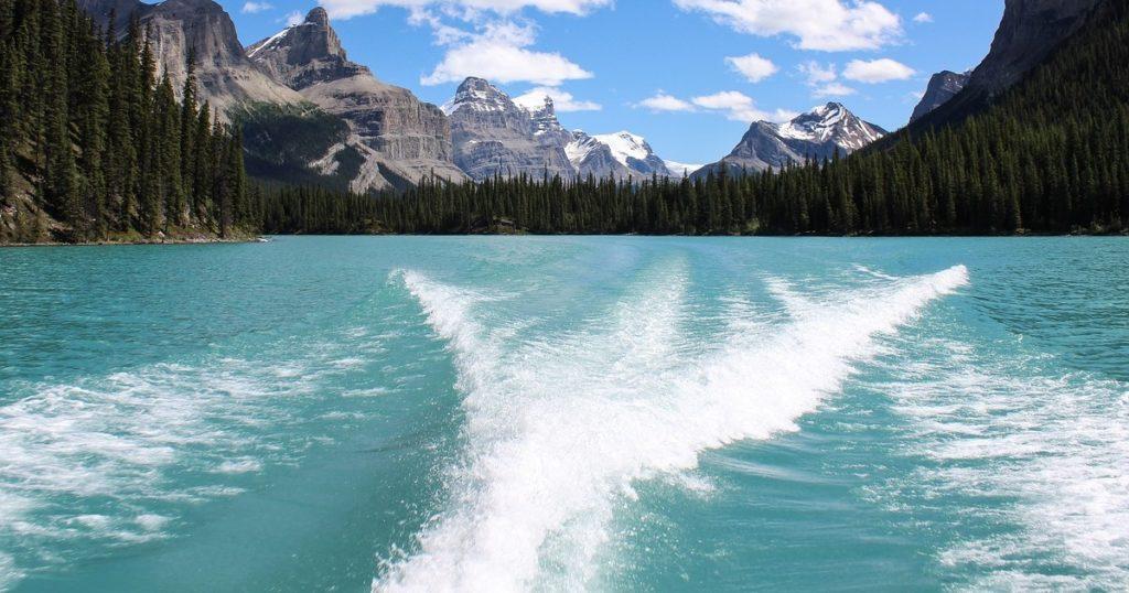 wake wave behind a boat